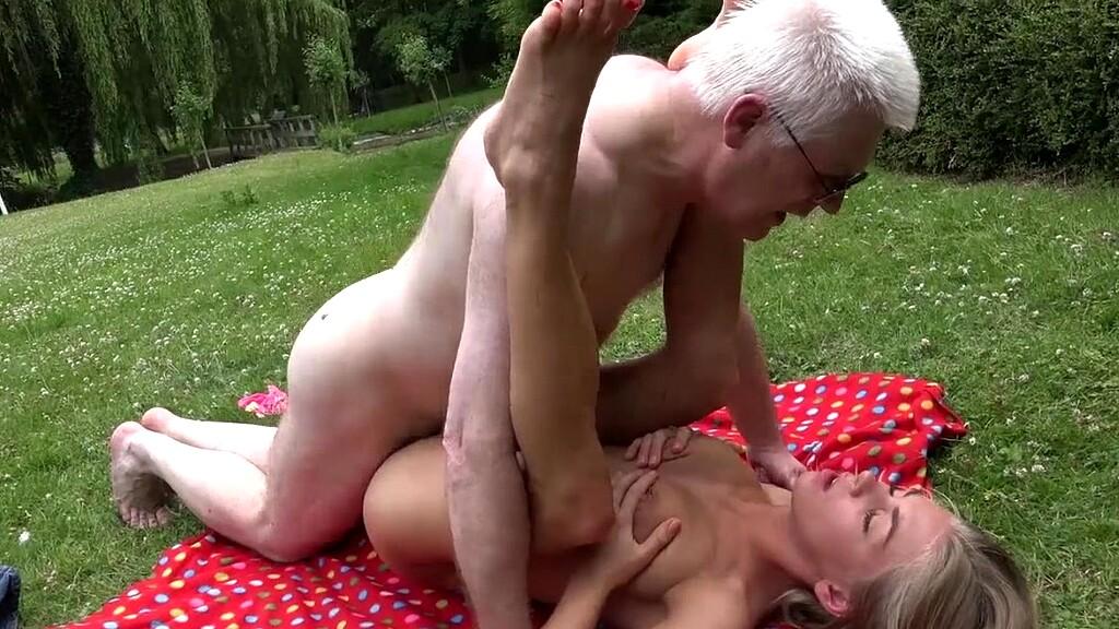 Две девушки со стариком на природе